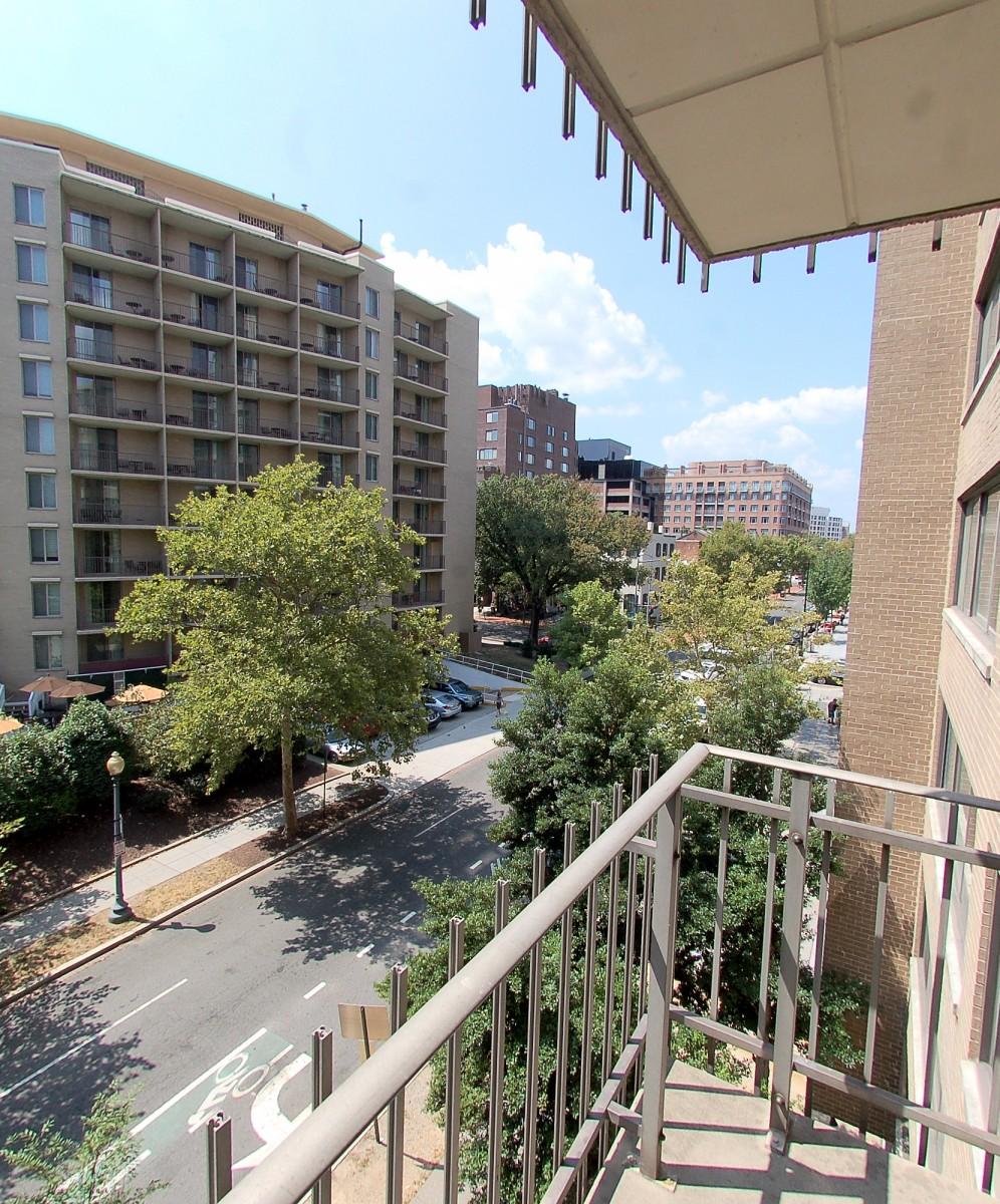 2201LStNW411-Balcony